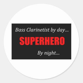 Clarinete bajo del super héroe etiquetas redondas