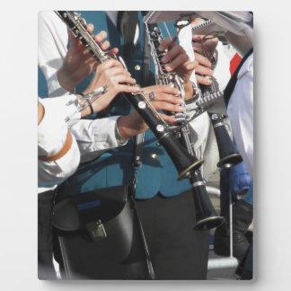 Clarinets en las manos de los músicos placa de madera