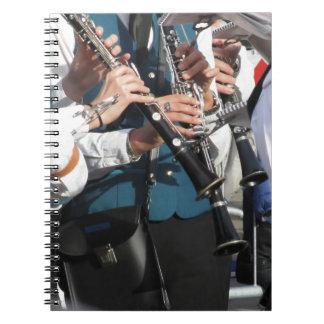 Clarinets en las manos de los músicos spiral notebook