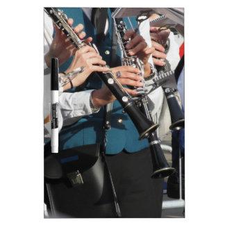 Clarinets en las manos de los músicos tableros blancos