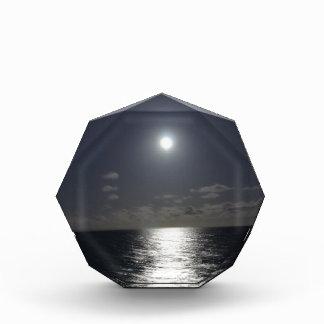 Claro de luna sobre el océano