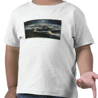 Claro de luna sobre las nubes en el soporte camiseta