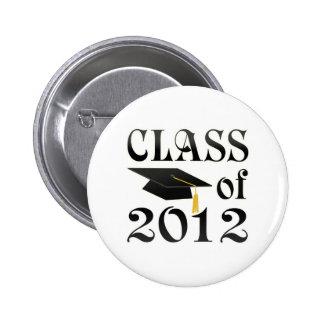 Clase de 2012 con el gorra negro pins