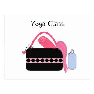 Clase de la yoga con el engranaje de la yoga tarjetas postales