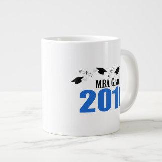 Clase del graduado de MBA de 2016 casquillos y Taza Grande