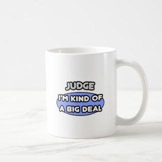 Clase del juez… de una gran cosa taza básica blanca