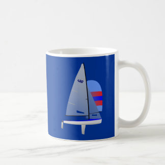 Clase olímpica del onedesign del velero que compit tazas