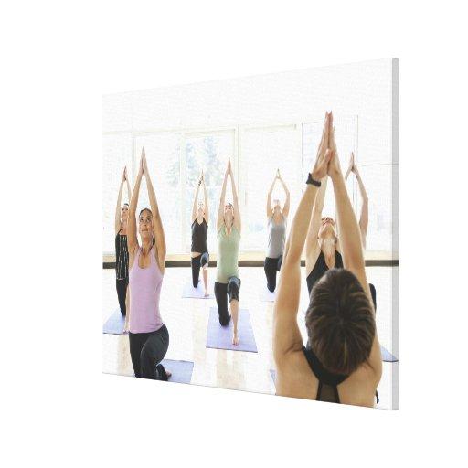Clase principal del instructor de la yoga con lienzo envuelto para galerias