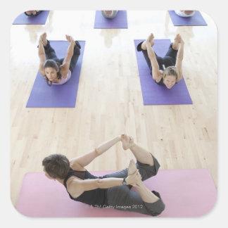 Clase principal del instructor de la yoga con los calcomanías cuadradass personalizadas