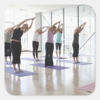 clasifique la yoga practicante con el instructor pegatina cuadrada