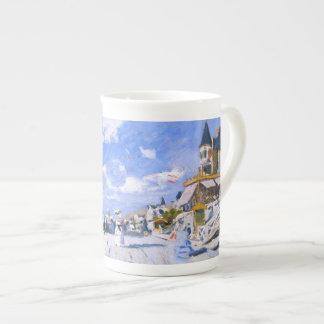Claude Monet: En la playa de Trouville Taza De Porcelana