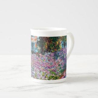 Claude Monet: Iris en el jardín de Monet Taza De Porcelana
