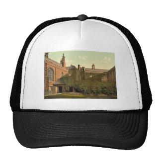 Claustros de la universidad de la reina con la tor gorras