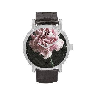 Clavel rosado rústico hermoso en backgroun negro relojes