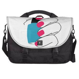 Clavos con un esmalte de uñas a disposición bolsas para portatil