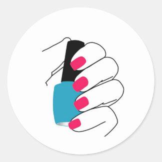 Clavos con un esmalte de uñas a disposición pegatina redonda