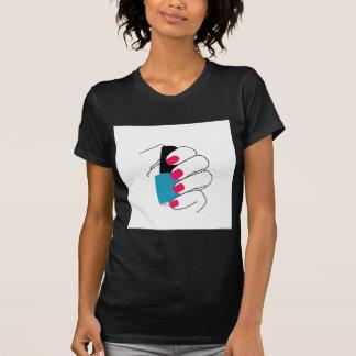 Clavos con un esmalte de uñas a disposición camisetas