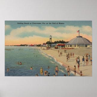 Clearwater, FL - nadadores y Sunbathers en la play Póster