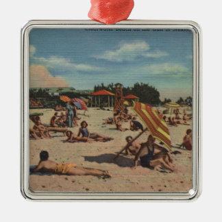 Clearwater, FL - Sunbathers en la playa de Adorno Navideño Cuadrado De Metal