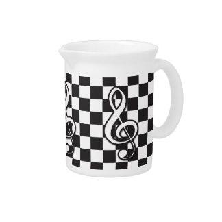 Clef agudo blanco y negro moderno en el tablero de jarras para bebida