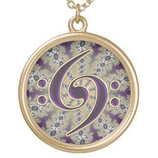 Clef bajo púrpura de la música en el collar del fr