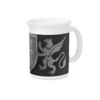 Clef en un escudo decorativo jarra de beber