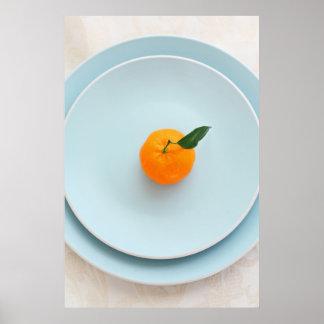 Clementina anaranjada en el poster azul