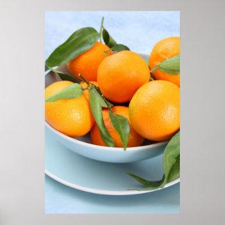 Clementinas anaranjadas y un cuenco azul poster