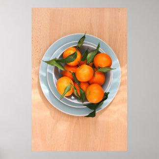 Clementinas anaranjadas y un cuenco azul posters