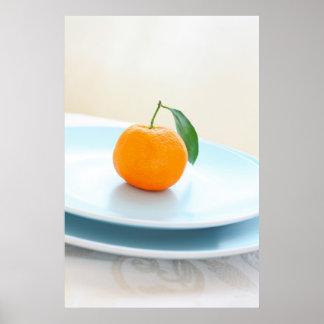 Clementinas anaranjadas y un poster azul del cuenc