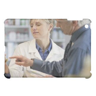 Cliente de ayuda del farmacéutico con la medicina