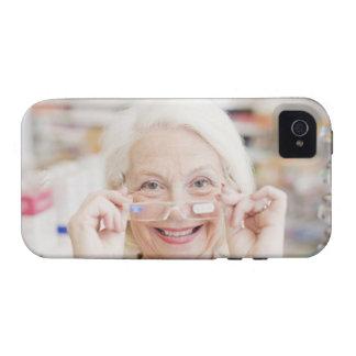 Cliente que intenta en lentes de la prescripción iPhone 4 carcasas