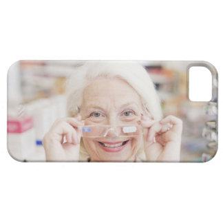 Cliente que intenta en lentes de la prescripción funda para iPhone 5 barely there