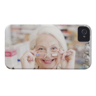Cliente que intenta en lentes de la prescripción iPhone 4 Case-Mate cárcasas