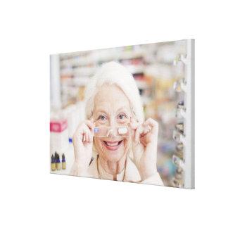 Cliente que intenta en lentes de la prescripción impresión en tela