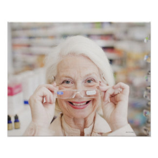 Cliente que intenta en lentes de la prescripción póster