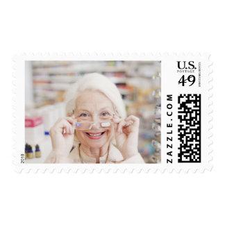 Cliente que intenta en lentes de la prescripción sellos