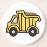 Clip art del dibujo animado con un camión volquete posavasos diseño