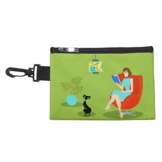 Clip retro de la mujer de la lectura en bolso