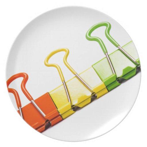 clips coloridos de la diversión platos