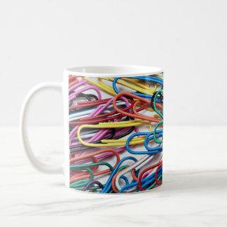 Clips de papel coloreados hermosos taza básica blanca