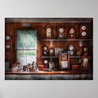 Clocksmith - en el taller de reparaciones del relo posters