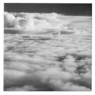 Cloudscape misterioso en la salida del sol. 2 azulejo cuadrado grande