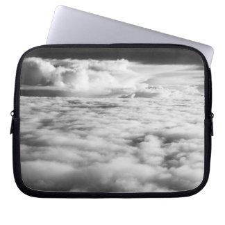 Cloudscape misterioso en la salida del sol. 2 fundas portátiles