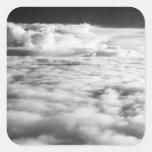 Cloudscape misterioso en la salida del sol. 2 pegatina cuadrada