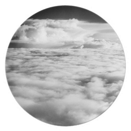 Cloudscape misterioso en la salida del sol. 2 plato de comida