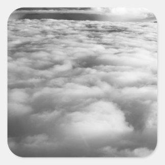 Cloudscape misterioso en la salida del sol pegatina cuadrada