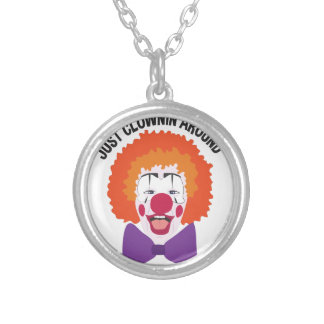 Clownin alrededor collar plateado