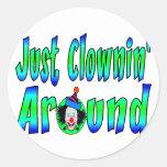 Clownin alrededor pegatina redonda