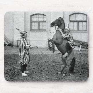 Clowning alrededor en un caballo, 1915 mousepads